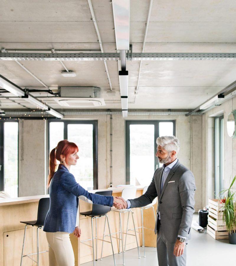 两个商人在办公室里握手-PWRS4YC.jpg
